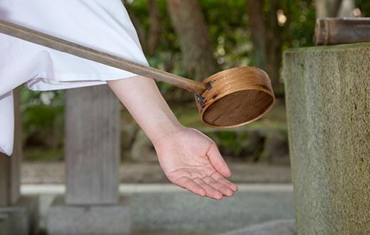 手水の作法1 右手にひしゃくを持ち、左手を清めます