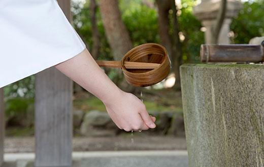 手水の作法2 次にひしゃくを持ちかえ右手を清めます