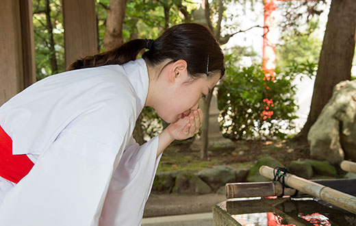 手水の作法3 さらにひしゃくを持ちかえ、左手に水を受け口を清めます。