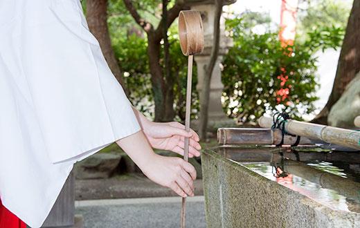 手水の作法5 ひしゃくを縦に持ち、残った水で柄を洗い流します。